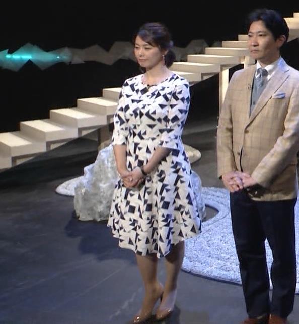 杉浦友紀アナ 胸をつぶすお辞儀キャプ・エロ画像2