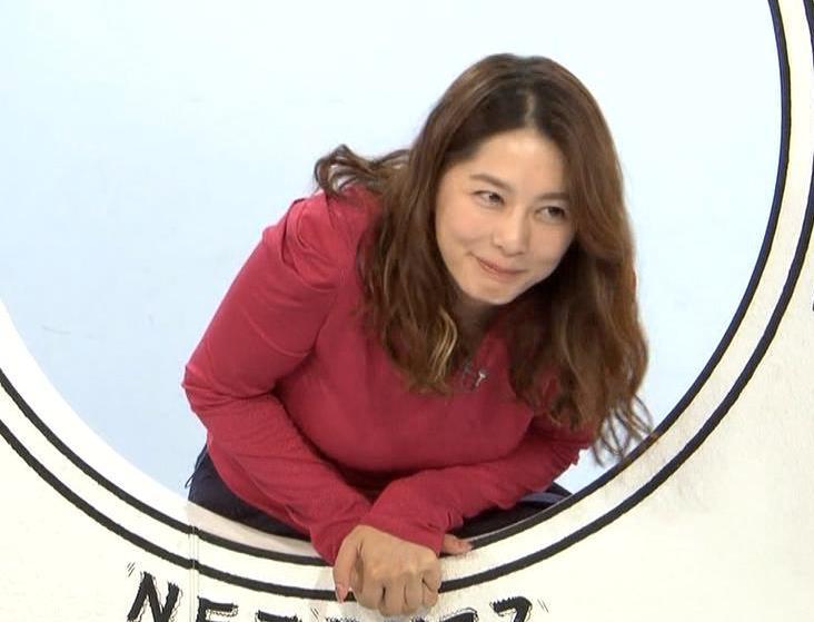 杉浦友紀アナ 巨乳を自分で揉みそうな画像キャプ・エロ画像2