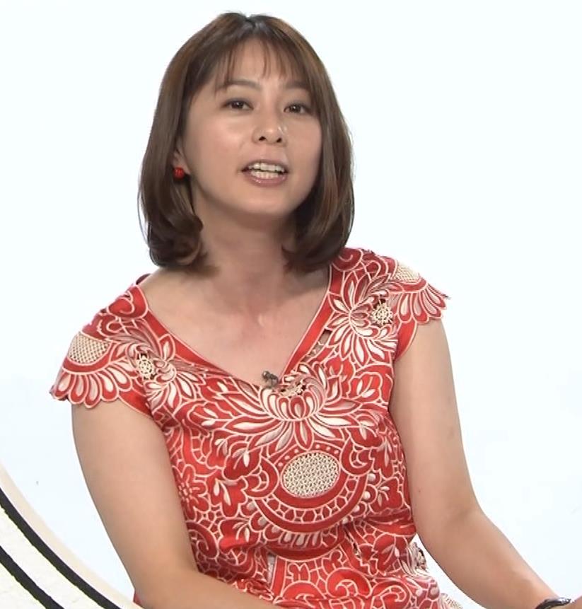 杉浦友紀 巨乳の下で腕を組むキャプ・エロ画像