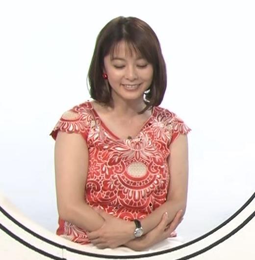杉浦友紀 巨乳の下で腕を組むキャプ・エロ画像5