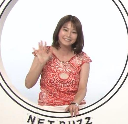 杉浦友紀 巨乳の下で腕を組むキャプ・エロ画像9
