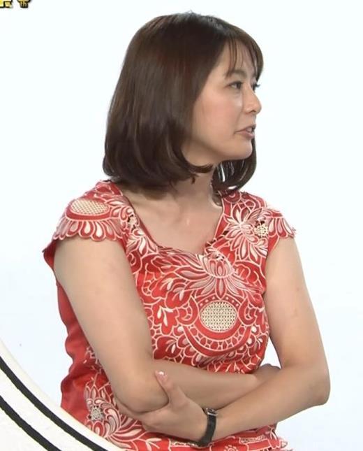 杉浦友紀 巨乳の下で腕を組むキャプ画像(エロ・アイコラ画像)