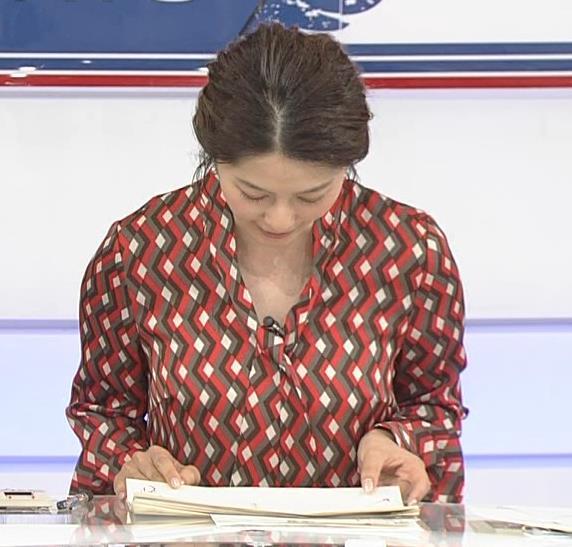 杉浦友紀アナ ゆったりシャツキャプ・エロ画像2