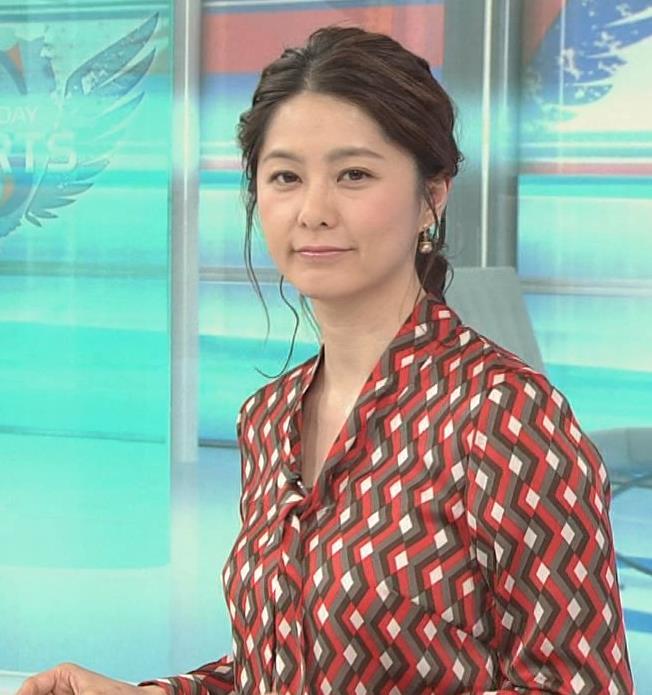 杉浦友紀アナ ゆったりシャツキャプ・エロ画像3