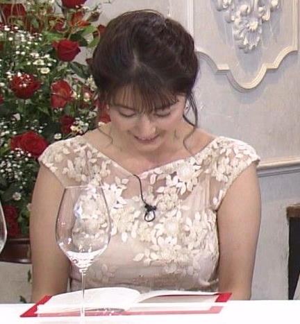 杉浦友紀アナ おっぱいがパンパンのドレスキャプ・エロ画像2