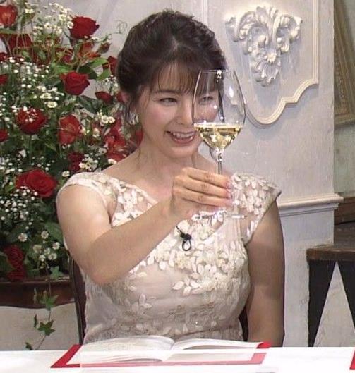 杉浦友紀アナ おっぱいがパンパンのドレスキャプ・エロ画像3