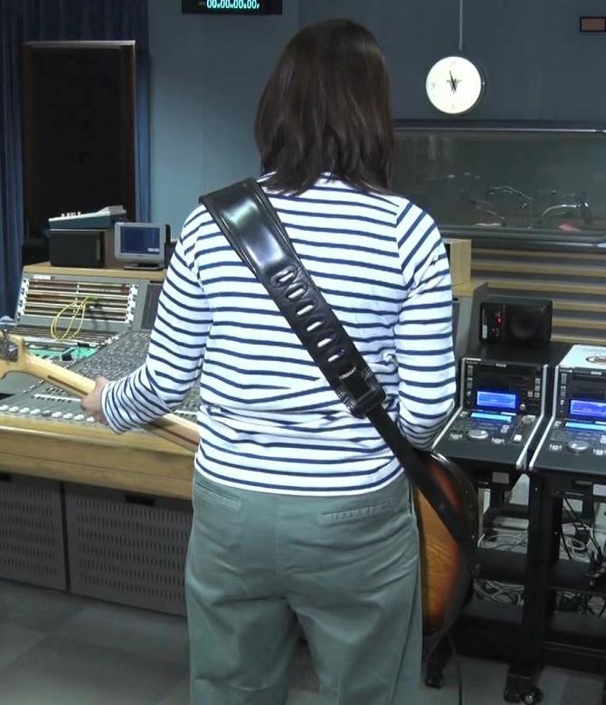 杉浦友紀アナ ベースギターが巨乳にあたっているキャプ・エロ画像