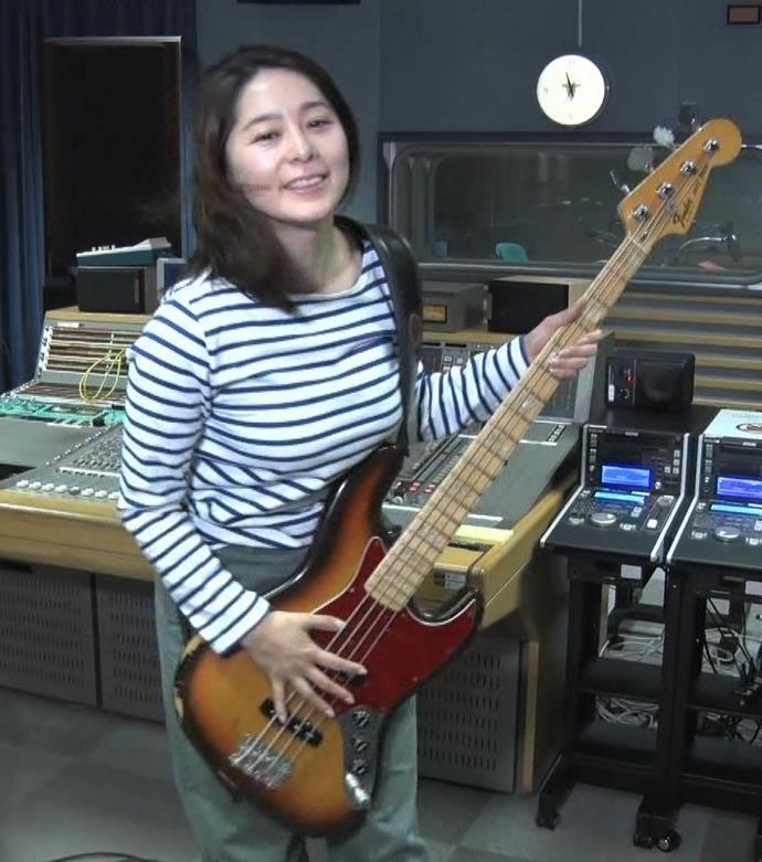 杉浦友紀アナ ベースギターが巨乳にあたっているキャプ・エロ画像2