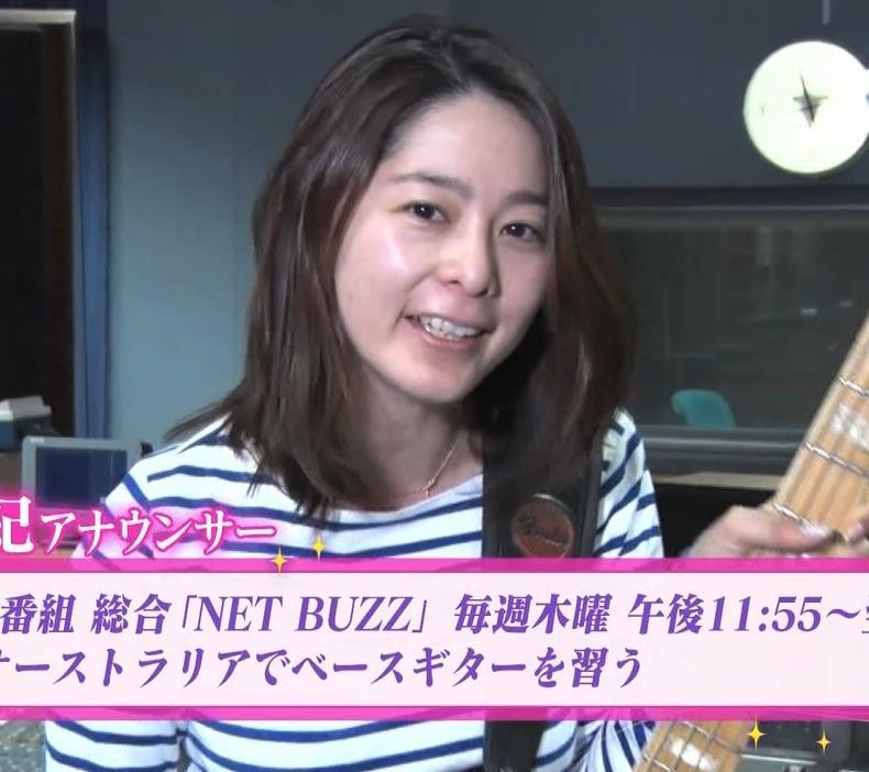 杉浦友紀アナ ベースギターが巨乳にあたっているキャプ・エロ画像3