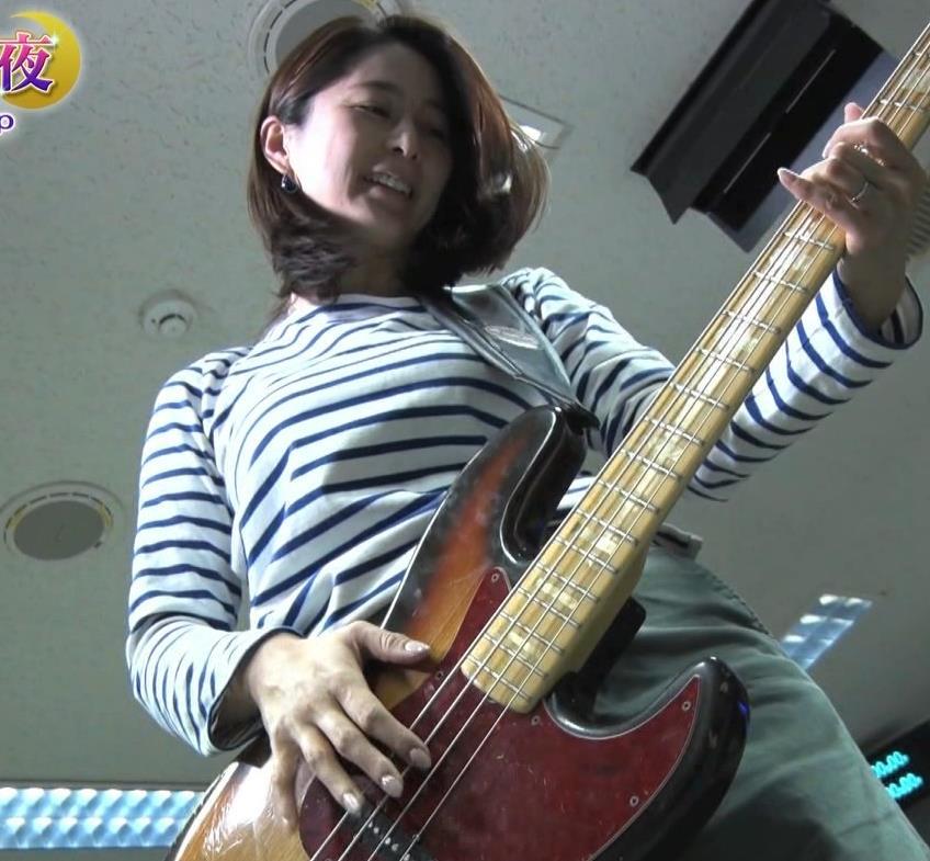 杉浦友紀アナ ベースギターが巨乳にあたっているキャプ・エロ画像4