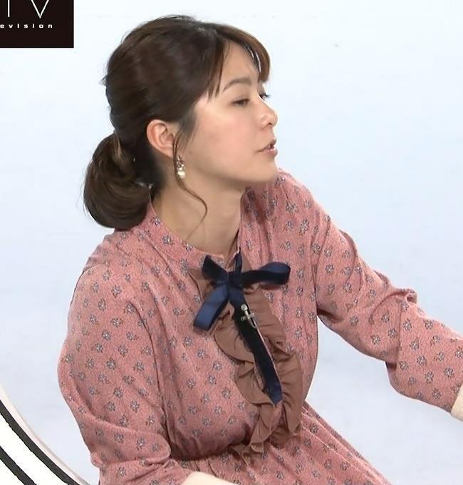 アナ ゆったりめな服でも巨乳が目立つキャプ・エロ画像2