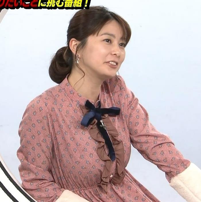 アナ ゆったりめな服でも巨乳が目立つキャプ・エロ画像3