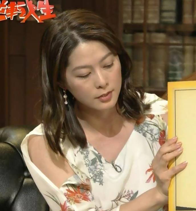 杉浦友紀アナ ゆったりした衣装でも隠せない巨乳キャプ・エロ画像8