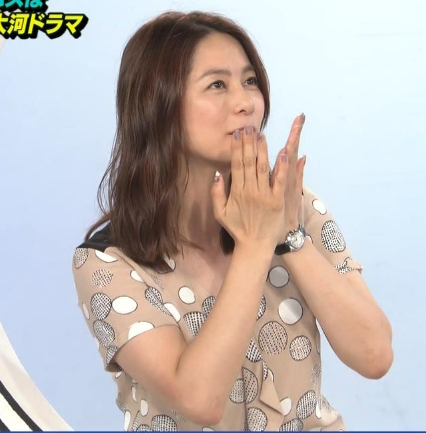 杉浦友紀アナ 胸元ゆるめキャプ・エロ画像5