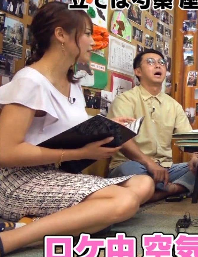 鷲見玲奈アナ タイトスカートで女の子座りキャプ・エロ画像2