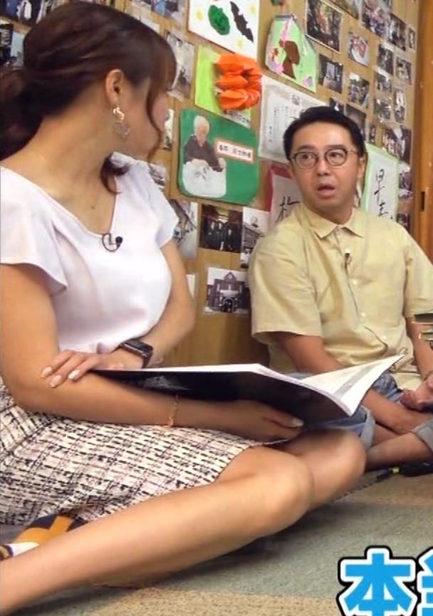鷲見玲奈アナ タイトスカートで女の子座りキャプ・エロ画像5