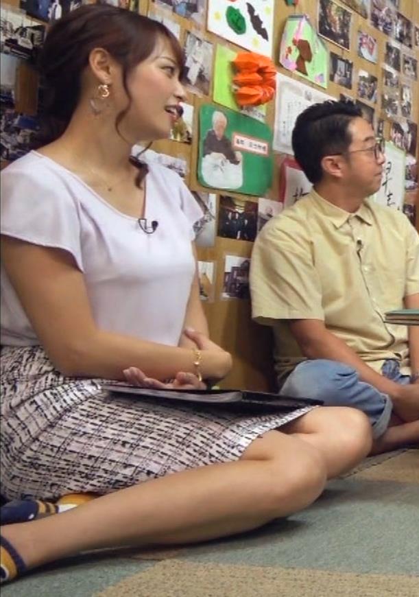 鷲見玲奈アナ タイトスカートで女の子座りキャプ・エロ画像6