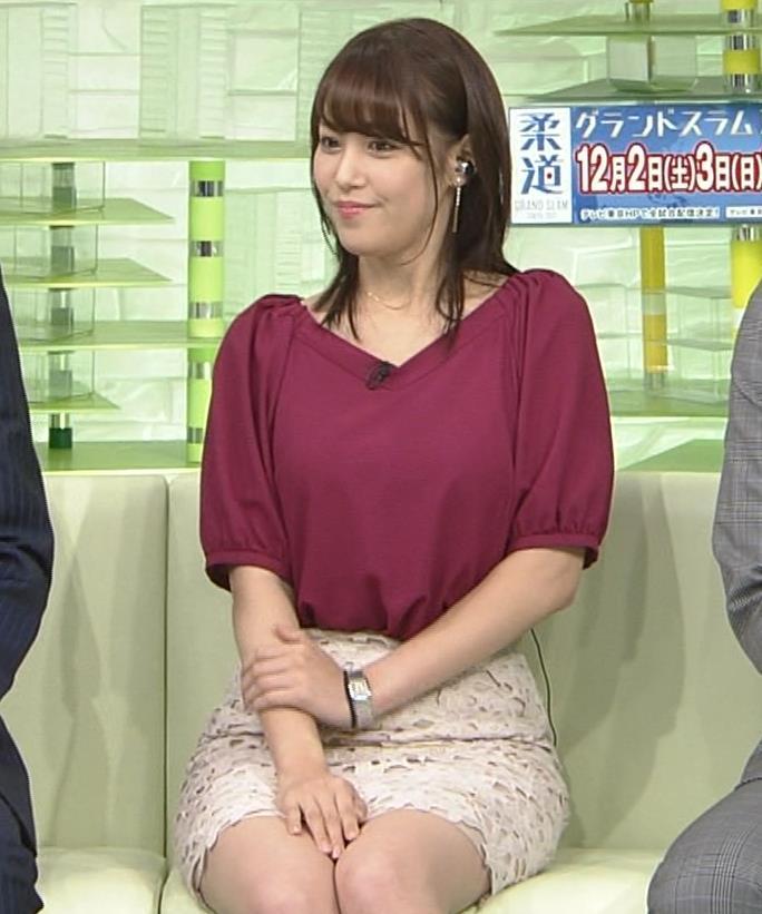 鷲見玲奈アナ 胸ちらGIF&ほぼパンチラ▼ゾーンキャプ・エロ画像4