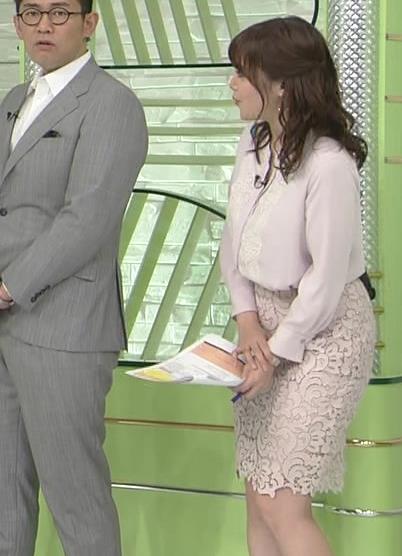 鷲見玲奈アナ ミニスカートで座ってパンツが見そうになる▼ゾーンキャプ・エロ画像5