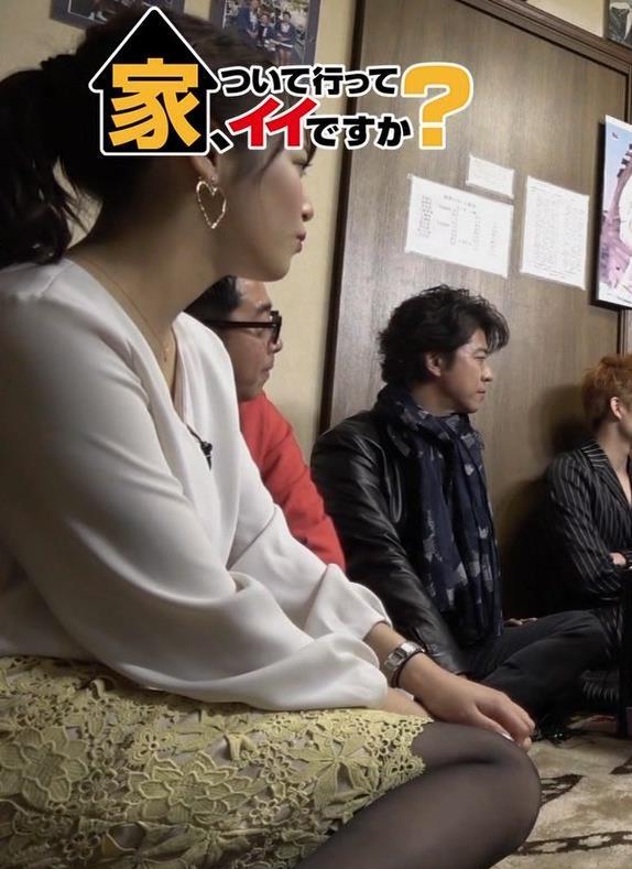 鷲見玲奈アナ 黒ストッキングで女の子座りキャプ・エロ画像2