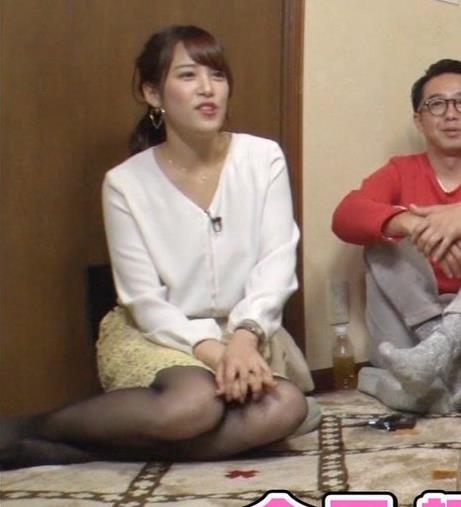鷲見玲奈アナ 黒ストッキングで女の子座りキャプ・エロ画像3