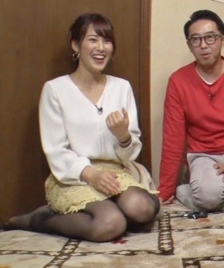 鷲見玲奈アナ 黒ストッキングで女の子座りキャプ・エロ画像4