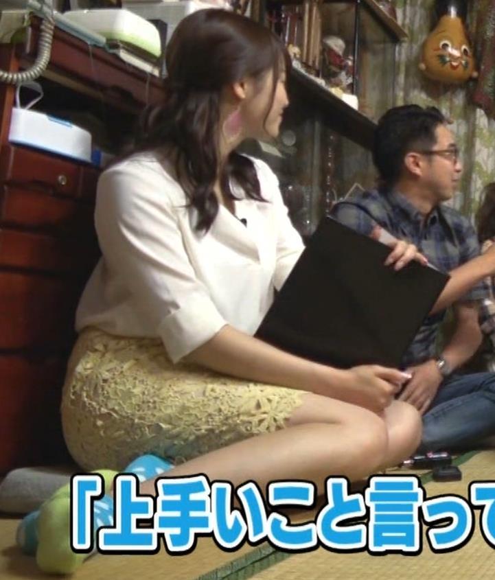 鷲見玲奈アナ 女の子座りの脚と尻がエロいキャプ・エロ画像2