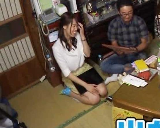 鷲見玲奈アナ 女の子座りの脚と尻がエロいキャプ・エロ画像12