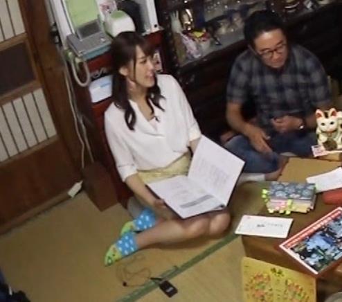 鷲見玲奈アナ 女の子座りの脚と尻がエロいキャプ・エロ画像4
