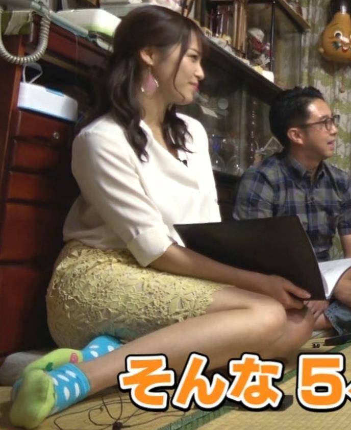 鷲見玲奈アナ 女の子座りの脚と尻がエロいキャプ・エロ画像5