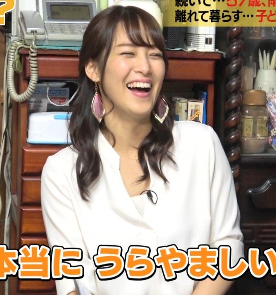 鷲見玲奈アナ 女の子座りの脚と尻がエロいキャプ・エロ画像6
