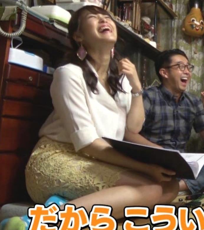 鷲見玲奈アナ 女の子座りの脚と尻がエロいキャプ・エロ画像7