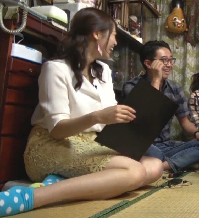 鷲見玲奈アナ 女の子座りの脚と尻がエロいキャプ・エロ画像10