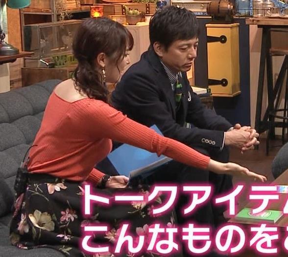 鷲見玲奈アナ 肌の露出が多いニットキャプ・エロ画像6