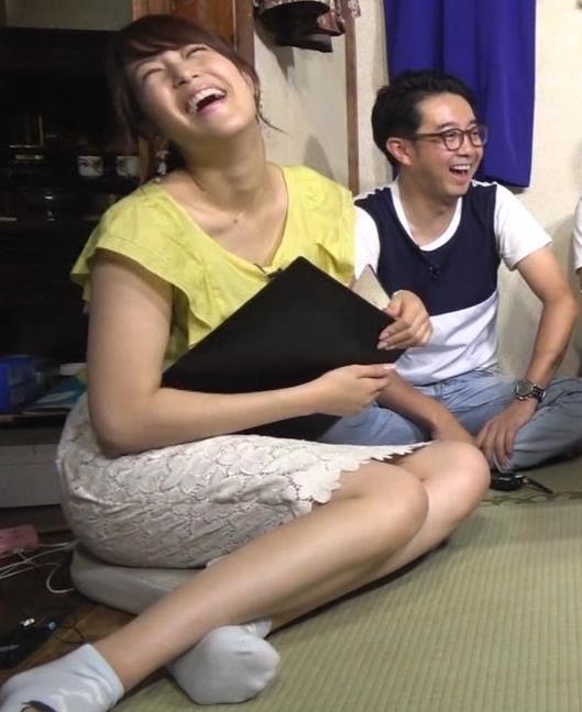 鷲見玲奈アナ 花柄タイトめなスカートのお尻キャプ・エロ画像2