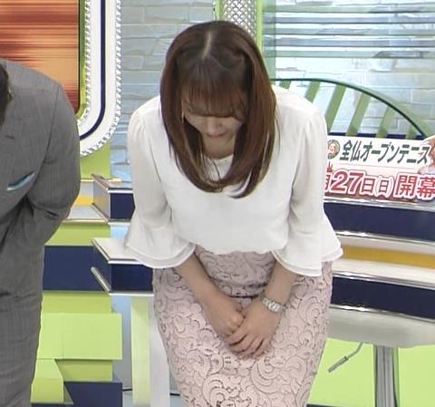 鷲見玲奈アナ ▼ゾーンを見せるための机キャプ・エロ画像2