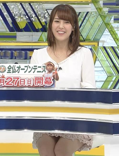 鷲見玲奈アナ ▼ゾーンを見せるための机キャプ・エロ画像6