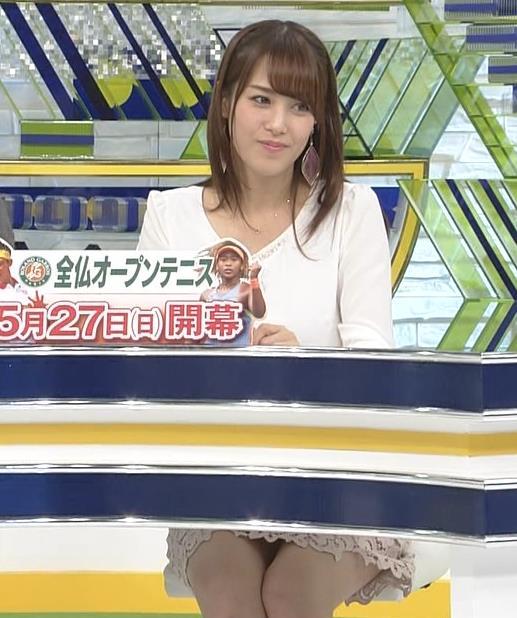 鷲見玲奈アナ ▼ゾーンを見せるための机キャプ・エロ画像7