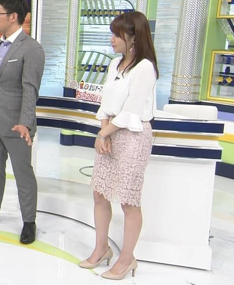 鷲見玲奈アナ ▼ゾーンを見せるための机キャプ・エロ画像8