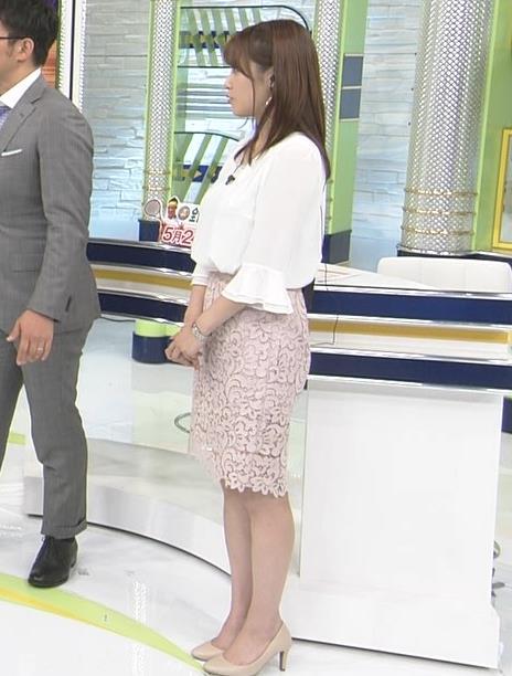 鷲見玲奈アナ ▼ゾーンを見せるための机キャプ・エロ画像9