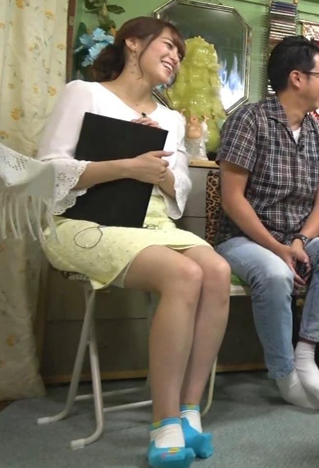 鷲見玲奈アナ 変な靴下を履いてるキャプ・エロ画像2