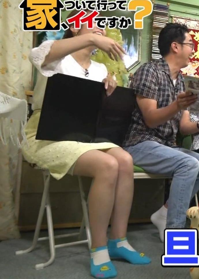 鷲見玲奈アナ 変な靴下を履いてるキャプ・エロ画像4