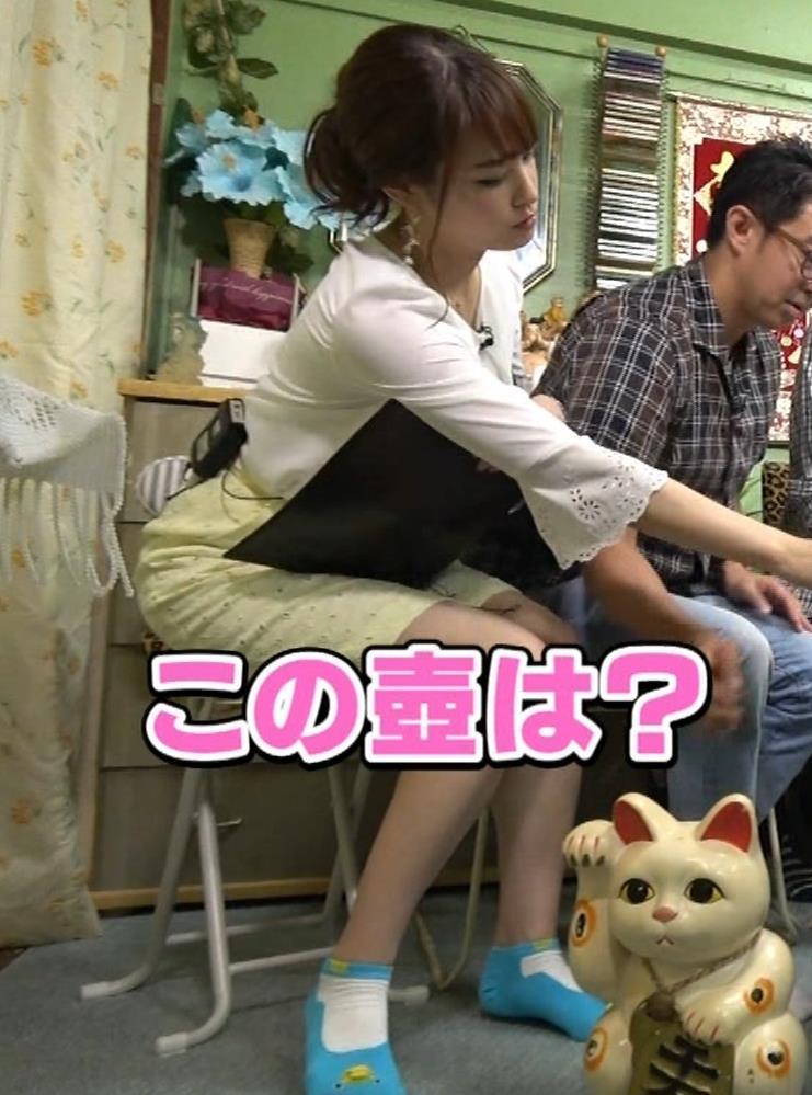 鷲見玲奈アナ 変な靴下を履いてるキャプ・エロ画像8