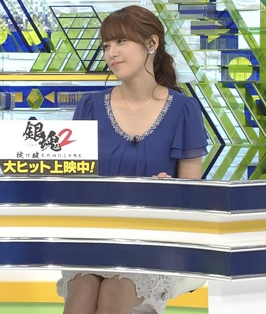 鷲見玲奈アナ 胸元が開いた服でお辞儀キャプ・エロ画像