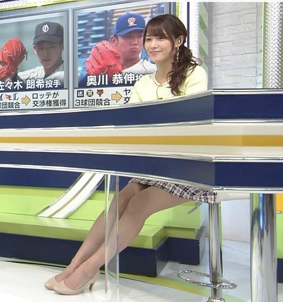 鷲見玲奈アナ 久しぶりのミニスカ脚エロキャプ・エロ画像2
