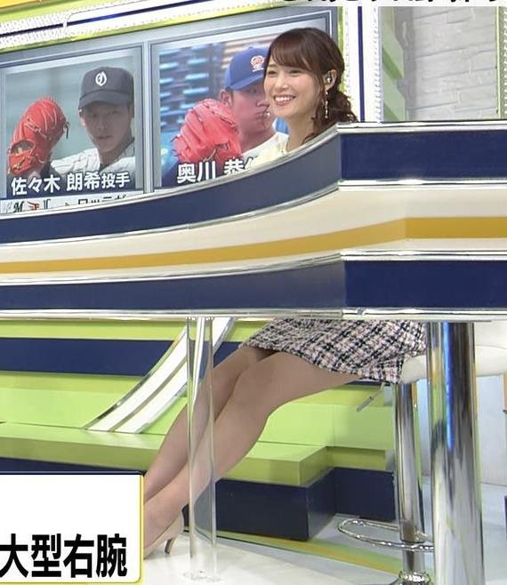 鷲見玲奈アナ 久しぶりのミニスカ脚エロキャプ・エロ画像3