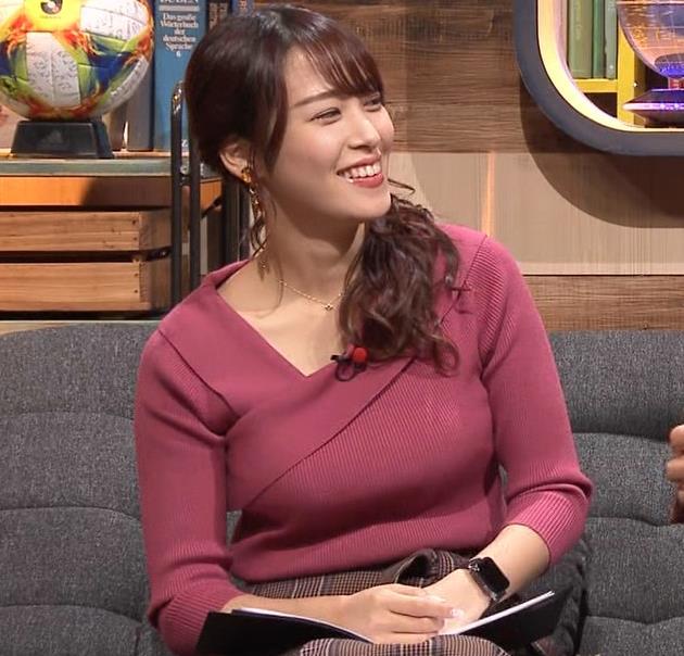 鷲見玲奈アナ 安定のニットおっぱいキャプ・エロ画像4