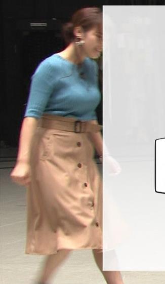 鷲見玲奈アナ 自分の腕でおっぱいを潰すキャプ・エロ画像2
