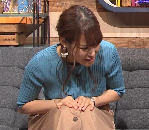 鷲見玲奈アナ 自分の腕でおっぱいを潰すキャプ・エロ画像12
