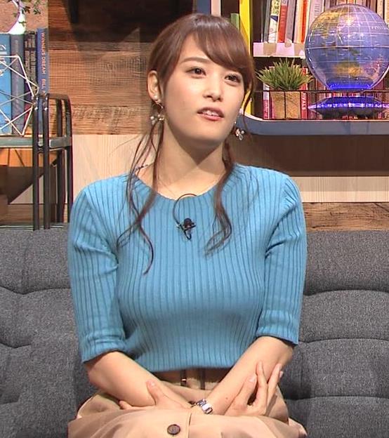 鷲見玲奈アナ 自分の腕でおっぱいを潰すキャプ・エロ画像3
